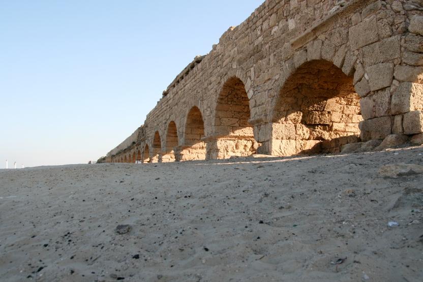 Ancient_Roman_aqueduct_in_Caesarea_Maritima.jpg